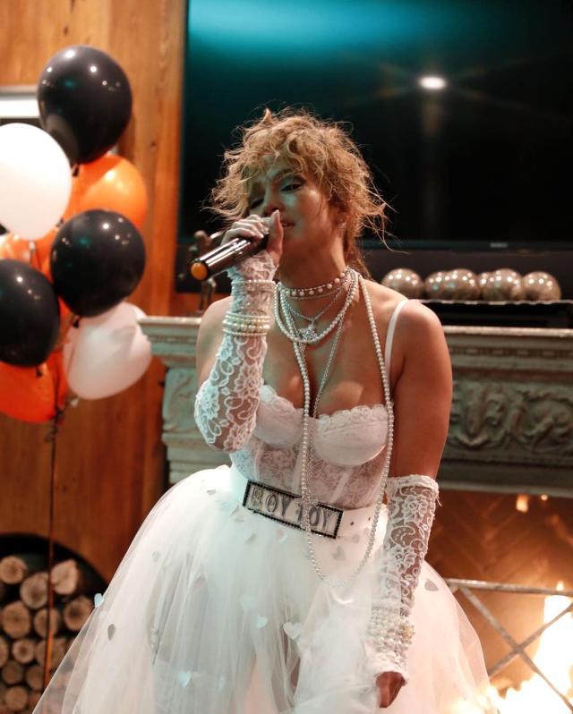 51 yaşındaki Jennifer Lopez, sahne şovuyla Amerikan Müzik Ödülleri'ne damga vurdu