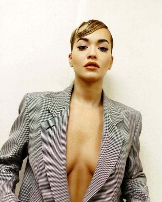 Dünyaca ünlü şarkıcı Rita Ora, göğüs dekoltesiyle sosyal medyayı salladı