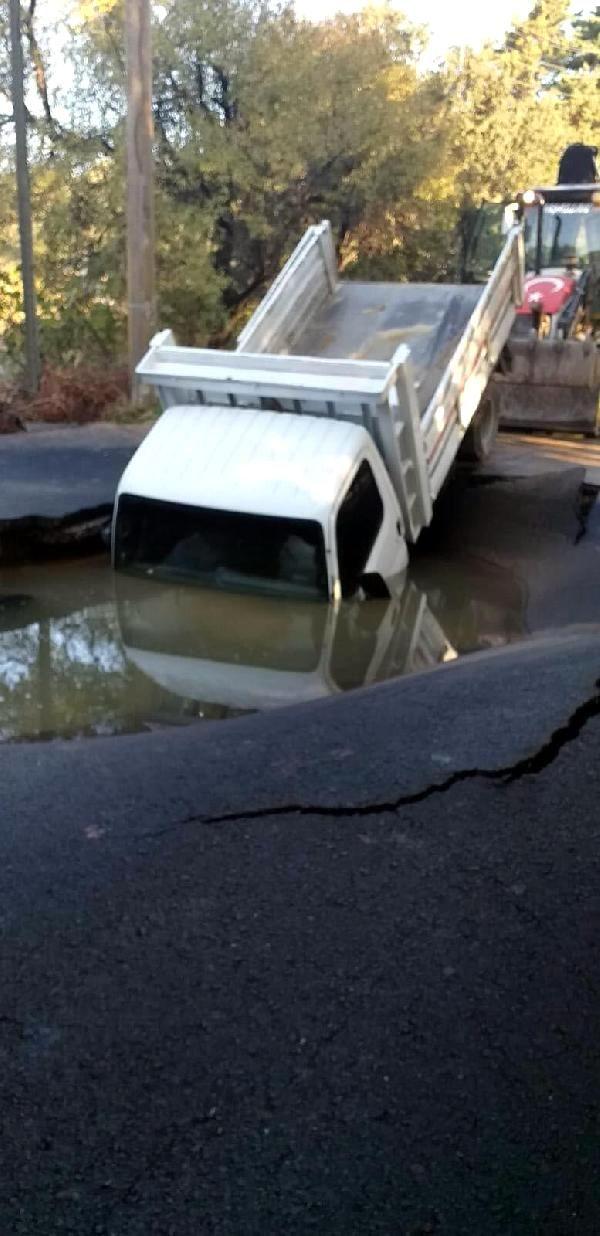 Son dakika haberleri! Bodrum'da yine su borusu patladı; yolda oluşan çukura düşen kamyonettekiler son anda kurtuldu