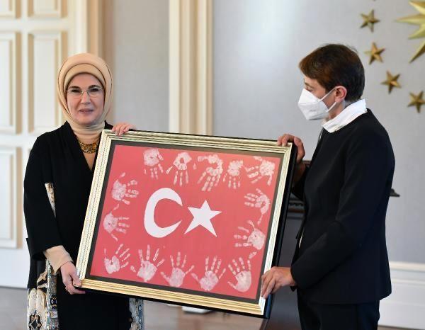 Emine Erdoğan, motosikletini EBA destek aracı yapan öğretmeni paylaştı