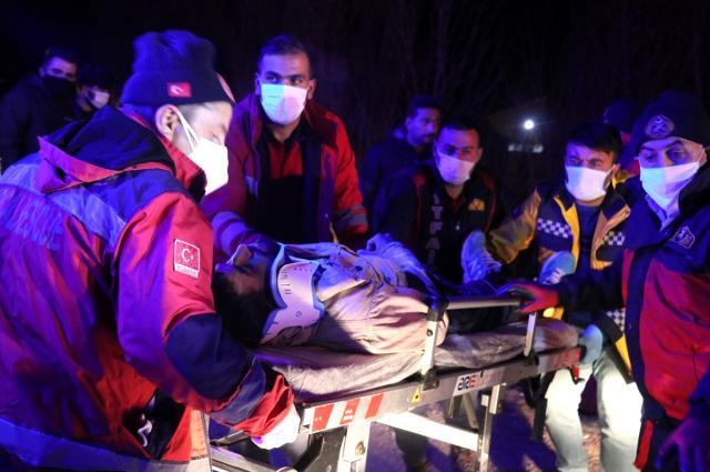 Polisin 'dur' ihtarına uymayan kamyonet devrildi: 17 sığınmacı yaralandı