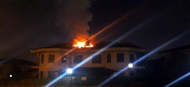 Son dakika haberi | Sakarya'da bir villanın çatısında çıkan yangın paniğe neden oldu