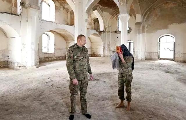 Yıllar sonra işgalden kurtarılan Ağdam'a giden Aliyev ve eşi, harap edilen camiye ayakkabılarını çıkararak girince gönülleri fethetti