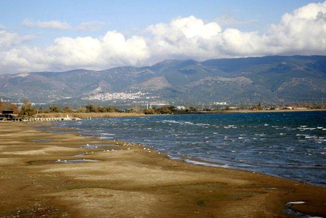 İznik Gölü'ndeki su çekilmesi ve kirlilik inceleniyor