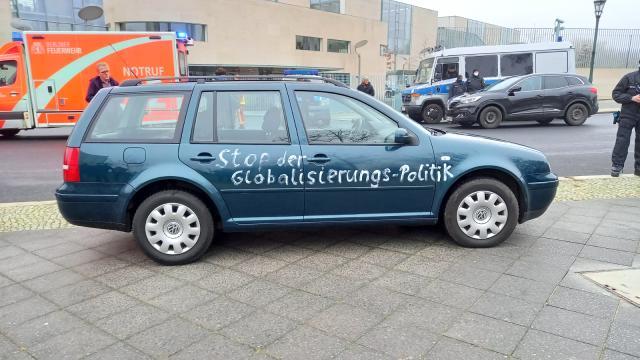 Merkel'in Bakanlar Kurulu toplantısı yaptığı sırada bir saldırgan, Başbakanlık binasına araçla saldırı girişiminde bulundu