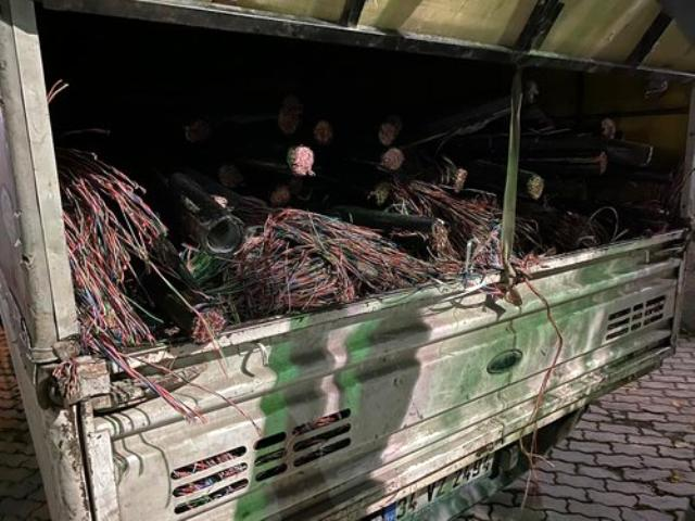Milyonluk kabloyu böyle çaldılar! Odun doğrar gibi doğrayıp kamyonete yüklediler