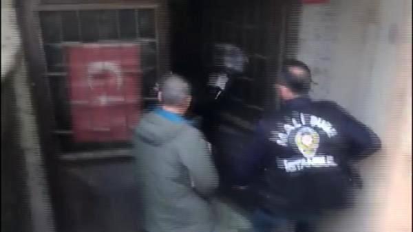 Son dakika! Ataşehir'de sahte para basılan matbaaya polisin baskın anı kamerada
