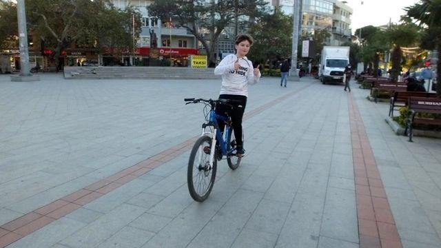 Balıkesir'de 11 yaşındaki Hasan Taha bisiklet cambazı oldu