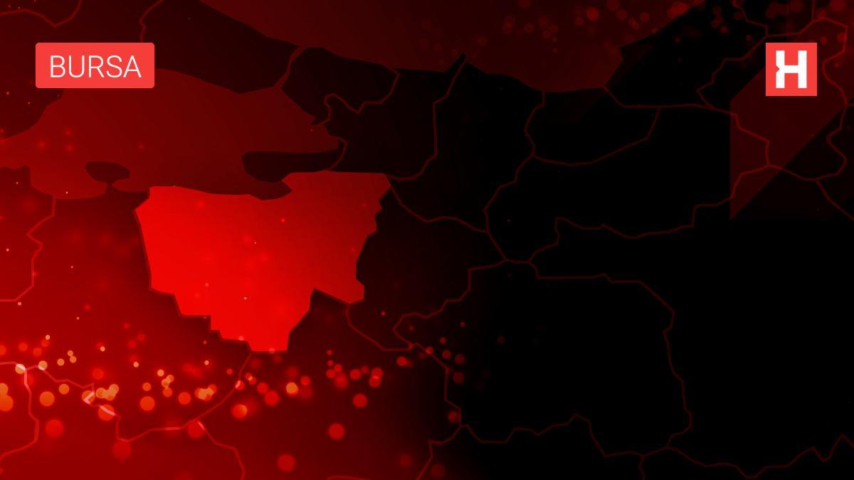 Bursa'da şarampole yuvarlanan iş makinesinde operatörü yaralandı