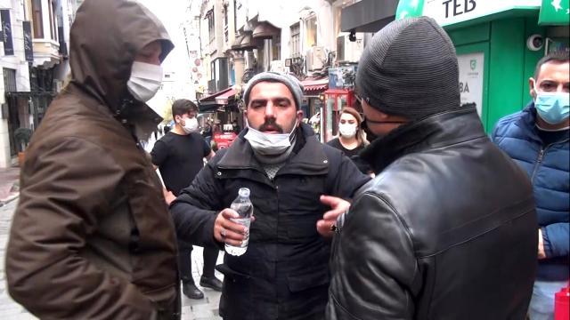 Taksim'de akılalmaz görüntüler! Bir yanda dilencilerin rant kavgası, diğer yanda boğazına jilet dayayan dolandırıcı