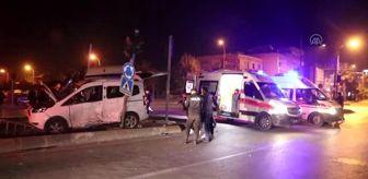 Adana: Hafif ticari araç ile servis minibüsü çarpıştı 4 kişi yaralandı