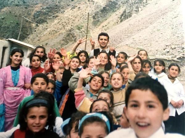 Çukurca'da türkülerle Türkçe öğrettiği öğrencilerinden yine türkülerle Kürtçe öğrendi