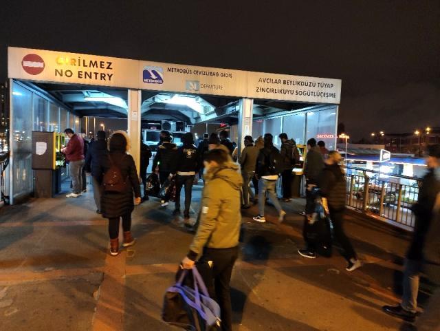 Sokağa çıkma kısıtlamasına dakikalar kala İstanbul'da trafik yoğunluğu arttı