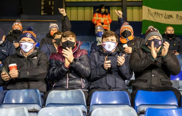 İngiltere'de 9 ay sonra maçlar seyircili olarak oynandı