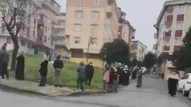 İstanbul'da Halk Ekmek büfelerinin önünde metrelerce kuyruk oluştu! İmamoğlu'ndan açıklama gecikmedi