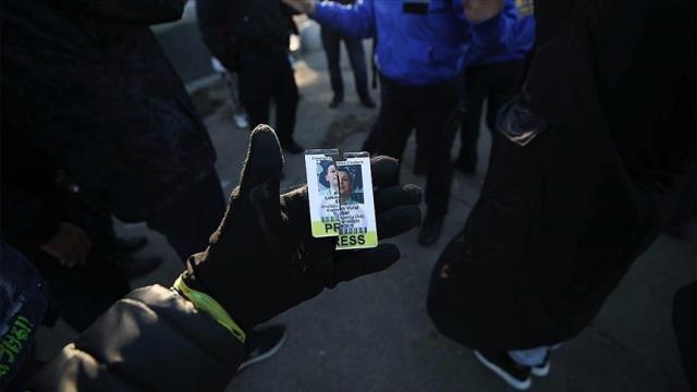 Türk kameraman, Amerika'daki korona kısıtlamalarına karşı yapılan gösteride saldırıya uğradı
