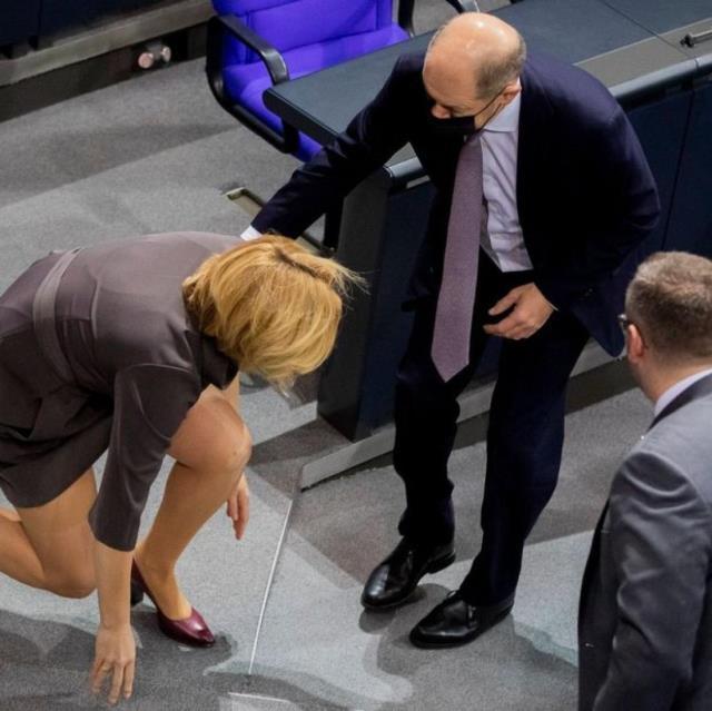 Alman bakan basamağı fark etmeyip düştü! Yardımına bir başka bakan yetişti