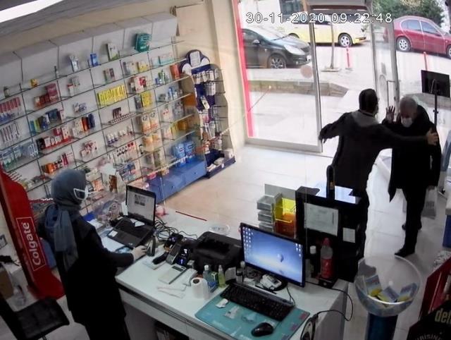 Eczanede çalışanı, yaşlı adamı kaldırıma böyle fırlattı