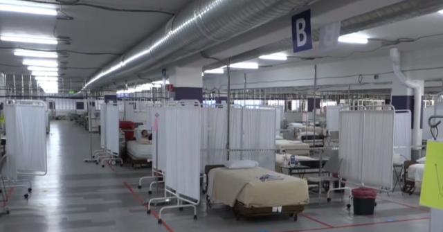 Son 24 saatte 2 bin 319 kişinin hayatını kaybettiği ABD'de hastane otoparkı korona servisine dönüştürüldü