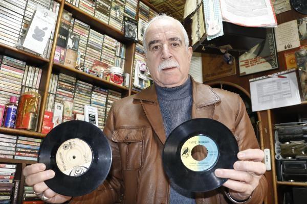 45 yılda birçok ünlü isme ait 13 bin plak ve kaset arşivledi! Dükkana gelen sanatçılar bile şaşırıp kalıyor