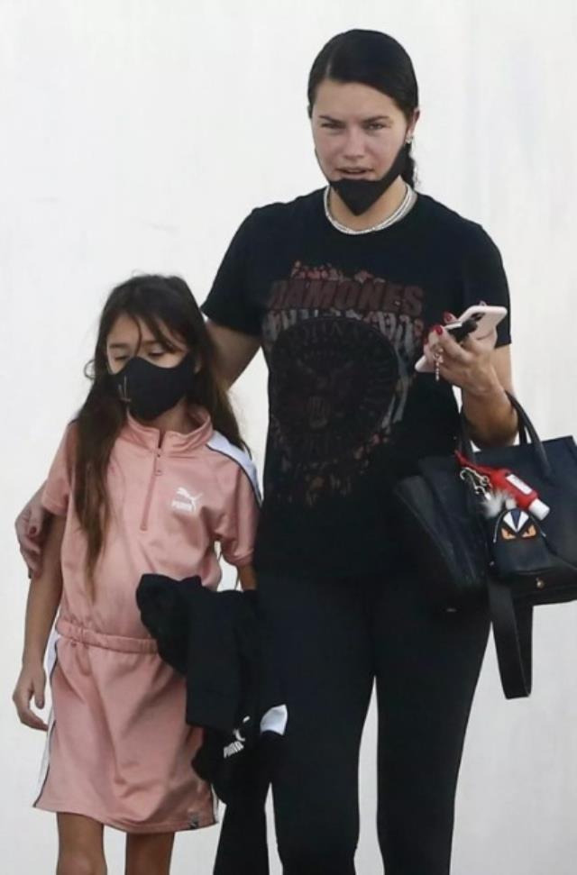 Kızıyla yürüyüşe çıkan Adriana Lima, makyajsız haliyle hayranlarını şaşırttı
