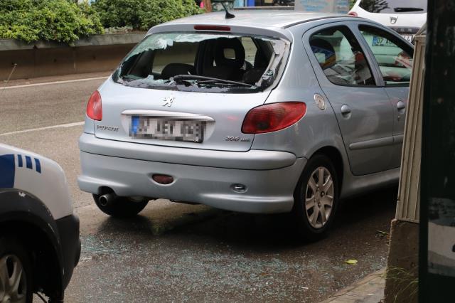 Sinir krizi geçiren kadın yarı çıplak soyunup otomobillere saldırdı