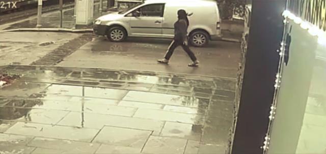Sinir krizi geçiren kadın yarı çıplak soyunup, otomobillere saldırdı