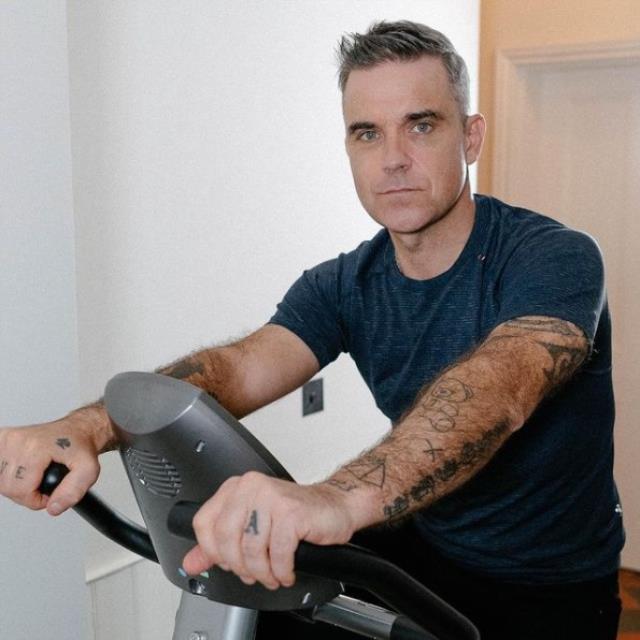İngiliz şarkıcı Robbie Willams balık diyeti nedeniyle ölümden döndü