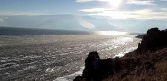 Dalgalar: Son dakika: Çıldır Gölü'nde dalgaların ince buz tabakalarını kırıp kıyıya sürüklemesi görsel şölene dönüşüyor