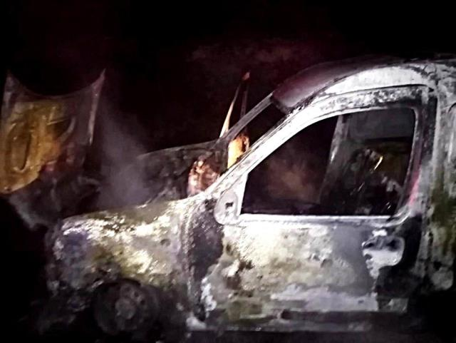 Edremit'te seyir halindeki ticari araç alev alev yandı