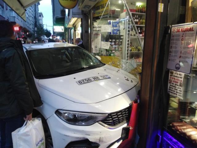 Şişli'de dükkana dalan araç dehşeti yaşattı! O anlar kamerada