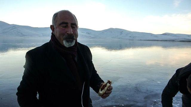 Buz tutan Çıldır Gölü üzerinde mangal keyfi