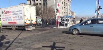 Kars: Hemzemin geçitte iki kamyonet çarpıştı: 1 yaralı