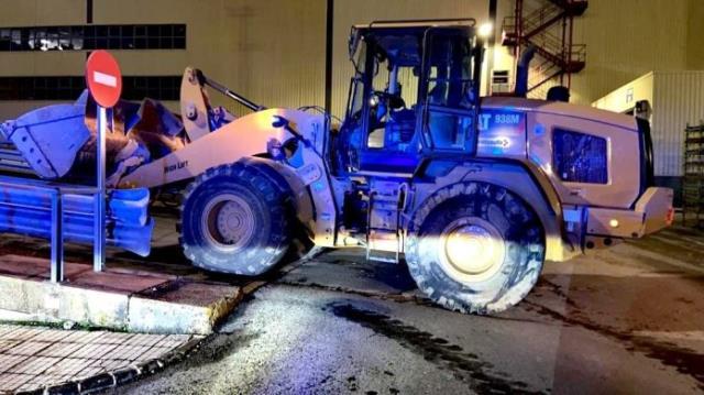 İşten çıkarmaları protesto eden işçi, değeri 2 milyon euroyu aşan 50 otomobili buldozerle ezdi