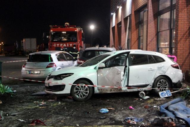 Dinlenme tesisindeki araç ve yayalara çarpan sürücü intihar girişiminde bulundu: 1 ölü, 8 yaralı