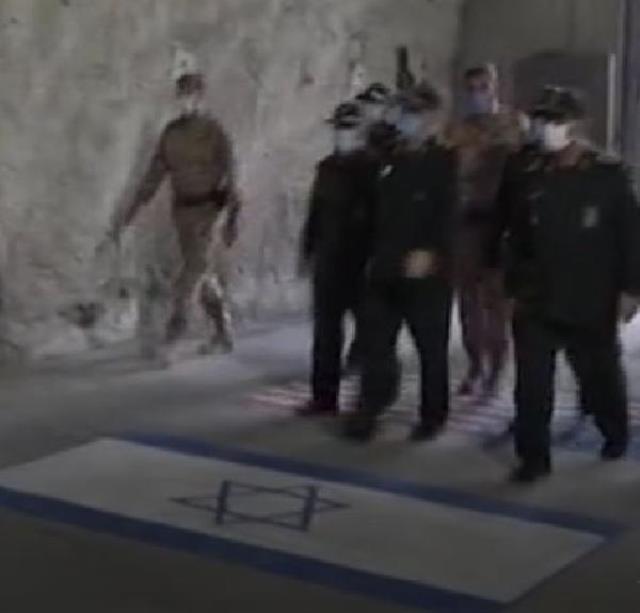 İran Devrim Muhafızı Komutanı füze üssü açılışında ABD ve İsrail bayrağını çiğnedi