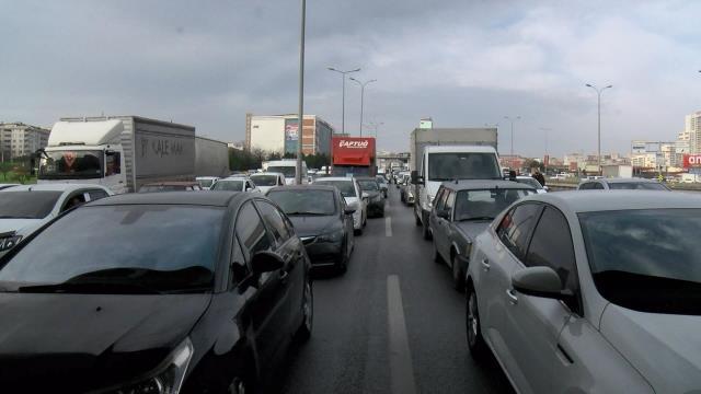 Son Dakika! İstanbul'da metrobüs yoluna giren tır nedeniyle E-5'te trafik durdu