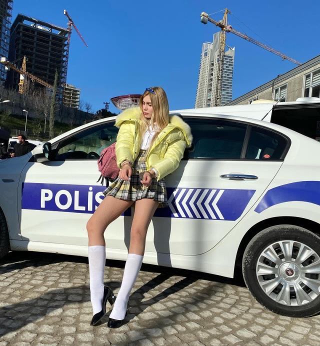 Aleyna Tilki'nin kelepçeli pozu sosyal medyayı salladı