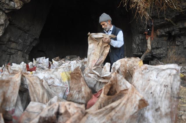 40 yıl önce keşfedilen mağara geçim kaynağı oldu! Yarasa gübresi toplayıp torbasını 350 TL'den satıyor