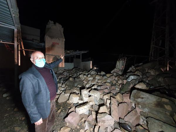 Adana'da fırtınada yıkılan caminin minaresi trafonun üzerine devrildi