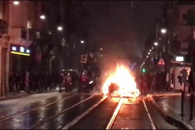 Belçika'da gözaltında ölen Afrikalı genç için düzenlenen gösteride polis karakolu ateşe verildi