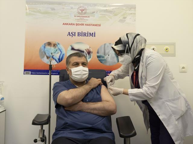 İlk koronavirüs aşısını yaptıran Sağlık Bakanı Koca'dan açıklama: Önümüzdeki günlerin aydınlık olacağına inanıyorum