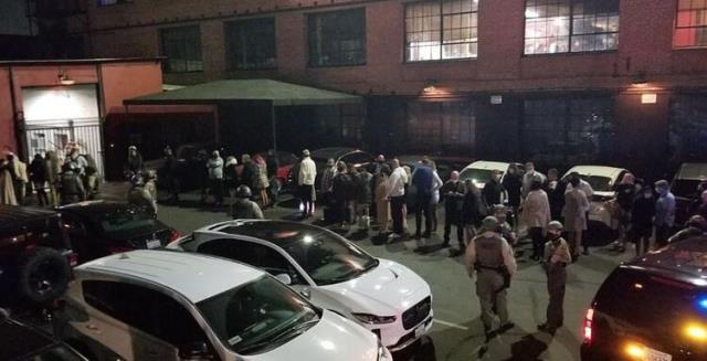 Swinger partisine baskın! Polis girdiği mekanda dans direkleri, kafesler ve yataklarla karşılaştı