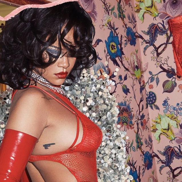 Rihanna, kendi iç çamaşır markasının tanıtımını yaptığı videoyla izleyenleri büyüledi