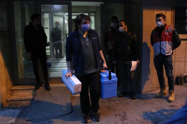 Son Dakika: Hastanelerde koronavirüs aşılaması başladı! İlk etapta Türkiye'de 1 milyon sağlık çalışanı aşılanacak