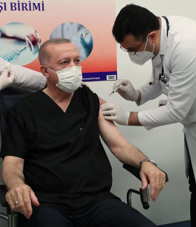Cumhurbaşkanı Erdoğan'a koronavirüs aşısı yapan kişinin Doç. Dr. İhsan Ateş olduğu ortaya çıktı