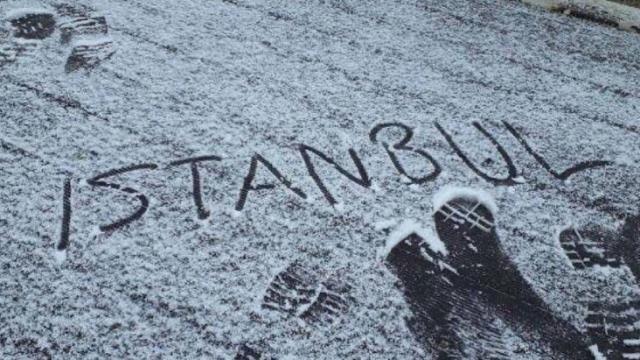 İstanbul'da yağan kar sosyal medyada gündem oldu! Telefona sarılan fotoğraf çekip paylaşım yaptı