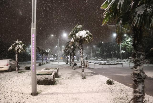 İstanbullular güne lapa lapa yağan karla uyandı! İşte ilk görüntüler