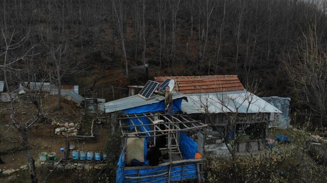 Gökten başına servet yağdı! Evinin çatısına düşen göktaşına müşteri arıyor