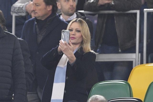 Güzel model Anna Falchi, Lazio'nun Roma galibiyeti sonrası soyundu